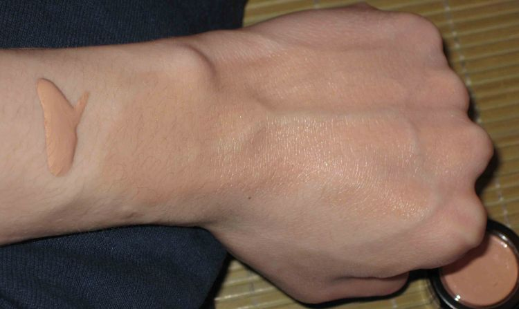 Revlon Age Defying Face Illuminator Swatch